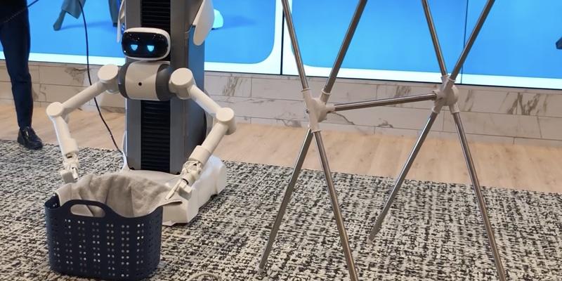 Robot ugo hangt de was op