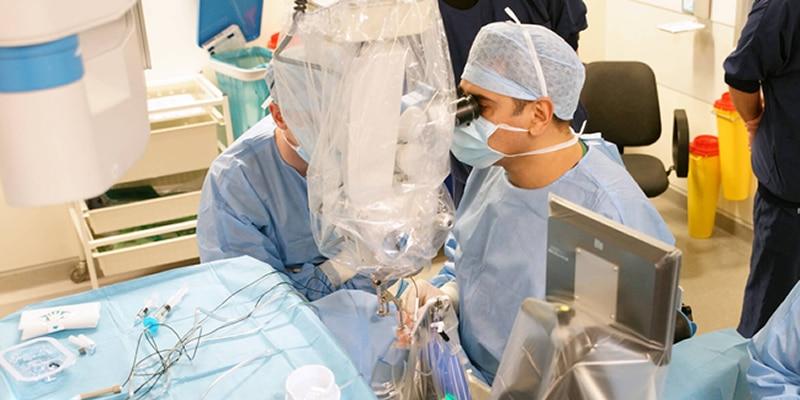 Eerste oogoperatie helemaal met een operatie robot