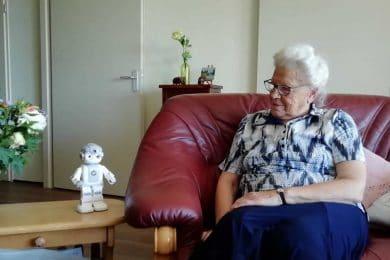 Robot Maatje voor oudere eenzame mensen thuis